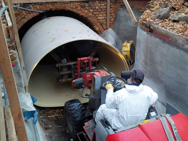 Einzug des neuen GFK-Rohres für den 2. Nördlichen Hauptsammler in den Altkanal