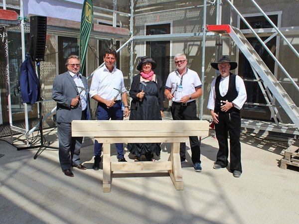 Einschlagen des letzten Nagels: Dr. Axel Viehweger, Gregor Fuchshuber, Dorothee Dubrau, Wilhelm Grewatsch und Maik Michel, Foto: W&R IMMOCOM
