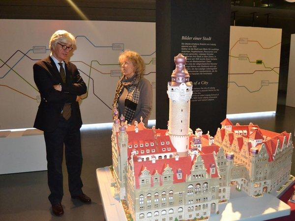 Übergabe Modell Neues Rathaus