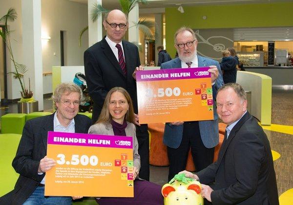 Spendenübergabe des Konsums an Vertreter des Uniklinikums Leipzig.
