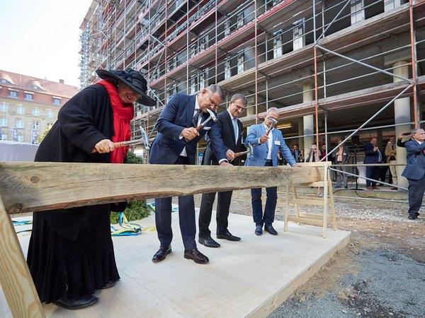 Dorothee Dubrau, Alexander Fitz, Dr. Ingo Seidemann und Andreas Schlage beim Richtritual, Foto: S&G Development / Sven Voss