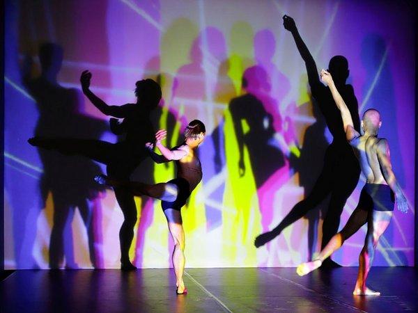 Tänzer des Leipziger Balletts, hier bei einer Probe im Lichtstudio, Foto PUNCTUM Alexander Schmidt