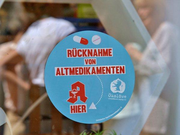 Info-Aufkleber Altmedikamente an Leipziger Apotheke, Foto: Ökolöwe