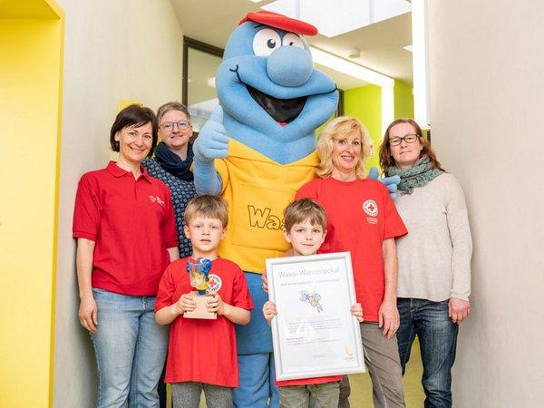 Glückliche Gewinner: Wasserwerke-Maskottchen Wassi überreichte Pokal und Urkunde an die Kita Lichtenbergweg, Foto: Leipziger Gruppe