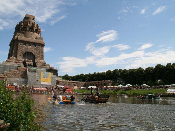 Badewannenrennen am Völkerschlachtdenkmal