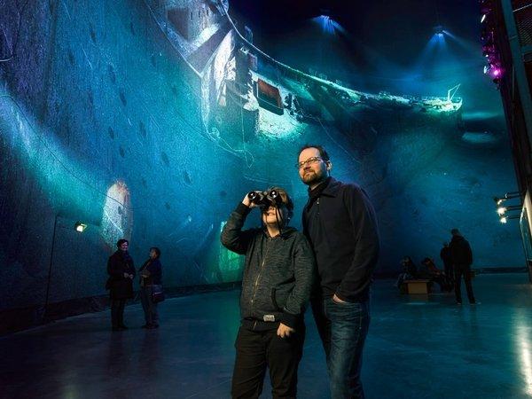 Vater und Sohn in Titanic - Ausstellung