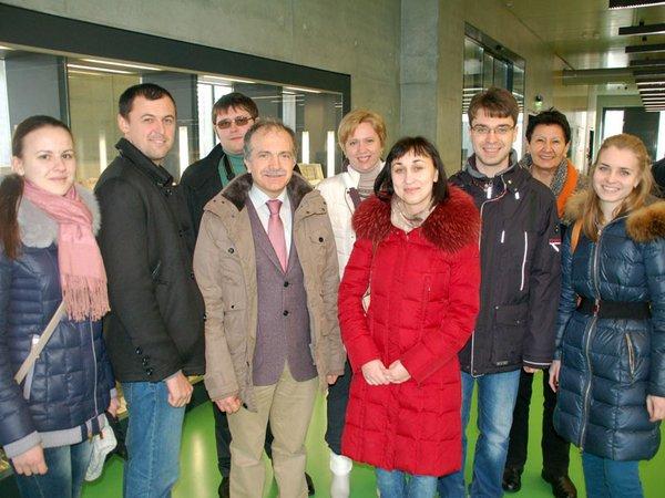 Stipendiaten der Partnerhochschule aus dem westrussischen Kursk mit ihren Betreuern in der Hochschulbibliothek der HTWK Leipzig
