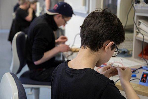 Ferienhochschule an der HTWK Leipzig – das heißt auch: tüfteln, experimentieren, sich ausprobieren.