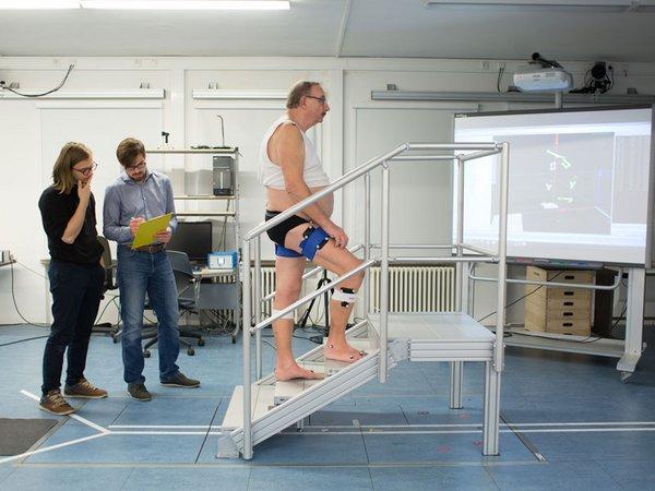 Felix Weiske und Max Böhme (v.l.) entwickeln ein Exoskelett auf Basis künstlicher Intelligenz, das beeinträchtige Personen beim Treppensteigen unterstützten soll., Foto: HTWK