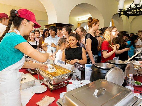 Internationale Studierende kochen in der Mensa, Foto: Studentenwerk Leipzig