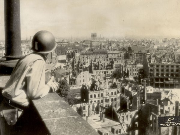 Blick auf die östliche Innenstadt vom Turm der Markthalle nach Norden im April 1945, Foto: Stadtgeschichtliches Museum Leipzig, US-Army Signal Corps/AP-Wirephoto