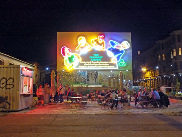 Leuchtreklame der Löffelfamilie in der Südvorstadt
