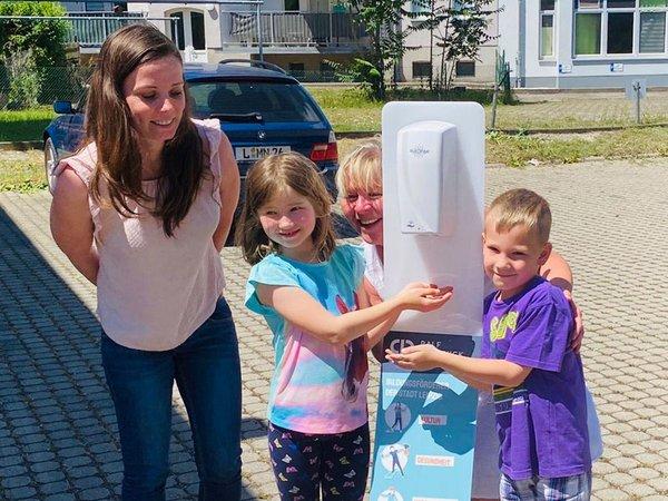Kinder der Alfred-Kästner-Grundschule mit Lehrerin bei der Übergabe der Desinfektionsstele, Foto: Ralf Rangnick Stiftung